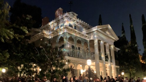 2019_DL_Haunted Mansion Outside